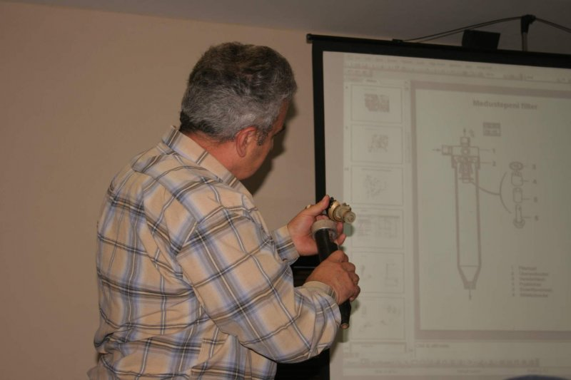 Bosko demonstrira i prakticno izgled i funkcionisanje filtera